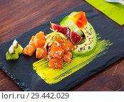 Купить «Tuna tartar with avocado and spicy sauce», фото № 29442029, снято 19 июня 2019 г. (c) Яков Филимонов / Фотобанк Лори