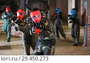 Купить «Paintball team in red masks are ready for attack», фото № 29450273, снято 10 июля 2017 г. (c) Яков Филимонов / Фотобанк Лори
