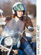 Купить «Девушка на мотоцикле показывает большой палец вверх рукой в кожаной перчатке.», фото № 29455437, снято 30 апреля 2018 г. (c) Кекяляйнен Андрей / Фотобанк Лори