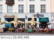 Купить «Кафе на Ратушной площади, напротив городской ратуши. Средневековая часть города Таллина, Эстония», фото № 29455445, снято 29 марта 2018 г. (c) Кекяляйнен Андрей / Фотобанк Лори