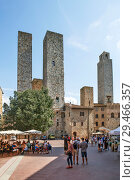 Купить «Торри-деи-Сальвуччи (Torri dei Salvucci) или Башни Сальвуччи — башни-близнецы, Торре Роньоза (Torre Rognosa), или Часовая башня (Torre dell'Orologio) или Башня подесты (Torre del Podestà) на Пьяцца-дель-Дуомо (Piazza del Duomo) или Соборная площадь. Сан-Джиминьяно. Италия», фото № 29466357, снято 15 сентября 2018 г. (c) Сергей Афанасьев / Фотобанк Лори