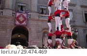 Купить «Castellers make castell in front of the ayuntamiento building during La Merca in Barcelona», видеоролик № 29474469, снято 23 сентября 2018 г. (c) Яков Филимонов / Фотобанк Лори
