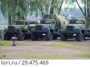 Купить «Три советских автомобиля КРАЗ-255 в артиллерийском музее города Хамеэнлинна летним утром. Финляндия», фото № 29475469, снято 21 июля 2018 г. (c) Виктор Карасев / Фотобанк Лори