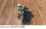 Купить «Aerial shot of a combine harvester in action on wheat field», видеоролик № 29477085, снято 14 сентября 2018 г. (c) Андрей Радченко / Фотобанк Лори