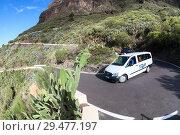 Купить «Один из поворотов на узкой дороге TF-436 из Сантьяго дель Тейде (Santiago del Teide) в деревню Маска (Masca). Остров Тенерифе, Канарские острова, Испания», фото № 29477197, снято 8 января 2016 г. (c) Кекяляйнен Андрей / Фотобанк Лори