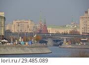 Купить «Патриарший пешеходный мост через Москву-реку, Пречистенская набережная. Город Москва», эксклюзивное фото № 29485089, снято 19 октября 2018 г. (c) lana1501 / Фотобанк Лори