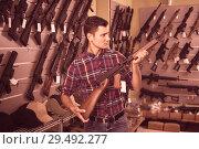 Купить «Male is choosing air-powered gun», фото № 29492277, снято 4 июля 2017 г. (c) Яков Филимонов / Фотобанк Лори