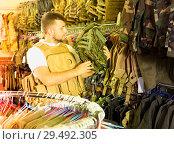 Купить «Male customer choose bulletproof vest», фото № 29492305, снято 4 июля 2017 г. (c) Яков Филимонов / Фотобанк Лори