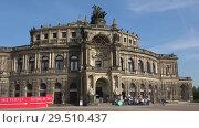 Купить «Группа туристов на экскурсии у старинного здания Оперы Земпера. Дрезден, Германия», видеоролик № 29510437, снято 29 апреля 2017 г. (c) Виктор Карасев / Фотобанк Лори