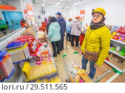 Купить «Beautiful mature woman chooses chewing gum and sweets at the store.», фото № 29511565, снято 25 октября 2018 г. (c) Акиньшин Владимир / Фотобанк Лори