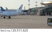 Купить «Airplane airline Iraero performs taxiing before takeoff», видеоролик № 29511825, снято 1 августа 2018 г. (c) Андрей Радченко / Фотобанк Лори