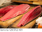 Купить «fresh tuna fish at japanese street market», фото № 29512101, снято 10 февраля 2018 г. (c) Syda Productions / Фотобанк Лори