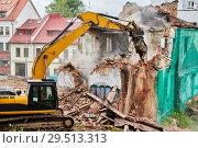 Купить «excavator crasher machine at demolition on construction site», фото № 29513313, снято 7 июля 2018 г. (c) Дмитрий Калиновский / Фотобанк Лори