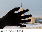 Купить «Ребенок в большом городе», фото № 29513413, снято 1 декабря 2018 г. (c) Яковлев Сергей / Фотобанк Лори