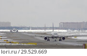 Купить «Planes taxiing on the snowy runway», видеоролик № 29529669, снято 12 декабря 2018 г. (c) Данил Руденко / Фотобанк Лори
