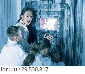 Купить «Family is helping dad and girl get out of the locked door», фото № 29530817, снято 3 августа 2017 г. (c) Яков Филимонов / Фотобанк Лори