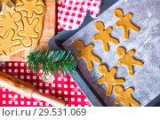 Купить «Raw gingerbread men with glaze on a baking sheet», фото № 29531069, снято 22 декабря 2013 г. (c) Дмитрий Травников / Фотобанк Лори