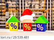 Купить «Новогодние домики на фоне строительства нового дома», фото № 29539481, снято 7 декабря 2018 г. (c) Сергеев Валерий / Фотобанк Лори