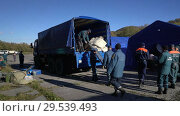 Купить «Group rescuers of Emercom of Russia unload truck with beds in tent field camping», видеоролик № 29539493, снято 3 октября 2018 г. (c) А. А. Пирагис / Фотобанк Лори
