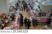 Купить «Top view of fish shop trading floor, people buying fish and seafood», видеоролик № 29540029, снято 1 декабря 2018 г. (c) А. А. Пирагис / Фотобанк Лори