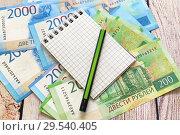 Купить «Российские деньги, блокнот для записей и карандаш. Бизнес-натюрморт», фото № 29540405, снято 7 декабря 2018 г. (c) Наталья Осипова / Фотобанк Лори