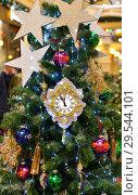 Купить «Christmas and New Year. Decoration and clock on Christmas tree», фото № 29544101, снято 25 ноября 2018 г. (c) Валерия Попова / Фотобанк Лори