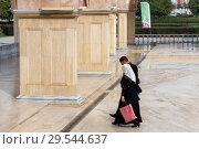 Купить «Чечня, Грозный. Женщина и мужчина идут в мечеть им. Ахмат-Хаджи Кадырова (Сердце Чечни). Main mosque of the Chechen Republic - Akhmad Kadyrov Mosque (Heart of Chechnya). A man and a woman go to the mosque», фото № 29544637, снято 7 октября 2015 г. (c) Ольга Шуклина / Фотобанк Лори