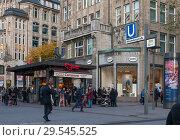Купить «Германия, Гамбург. Вход на станцию метро (U-Bahn) Mönckebergstrasse, маршрут  U3, улица Mönckebergstrasse», фото № 29545525, снято 8 ноября 2018 г. (c) Наталья Николаева / Фотобанк Лори