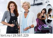 Купить «Elderly female client and hairstylist», фото № 29561229, снято 26 июня 2018 г. (c) Яков Филимонов / Фотобанк Лори