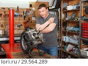Купить «guy mechanic repairing modern moto», фото № 29564289, снято 8 мая 2018 г. (c) Яков Филимонов / Фотобанк Лори