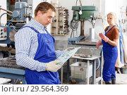 Купить «Male glazier working with glass on drilling machine», фото № 29564369, снято 10 сентября 2018 г. (c) Яков Филимонов / Фотобанк Лори