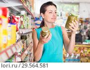 Купить «Female holding preserved jar of green peas», фото № 29564581, снято 6 июня 2017 г. (c) Яков Филимонов / Фотобанк Лори