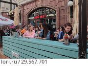 Купить «Москва,люди в летнем кафе на Мясницкой улице», эксклюзивное фото № 29567701, снято 22 июля 2017 г. (c) Дмитрий Неумоин / Фотобанк Лори