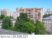 Купить «Двенадцатиэтажный двухподъездный кирпичный жилой дом, построен по индивидуальному проекту в 1976 году. Нижняя Первомайская улица, 42 . Район Восточное Измайлово. Город Москва», эксклюзивное фото № 29568221, снято 8 июня 2015 г. (c) lana1501 / Фотобанк Лори