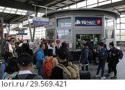 Купить «Berlin, Germany, travellers on the S-Bahn platform at Suedkreuz station», фото № 29569421, снято 20 апреля 2018 г. (c) Caro Photoagency / Фотобанк Лори