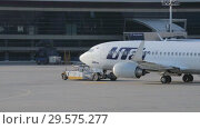 The plane of the airline Utair is towed along the taxiway (2018 год). Редакционное видео, видеограф Андрей Радченко / Фотобанк Лори