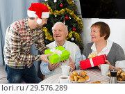 Купить «Family gives Christmas gifts», фото № 29576289, снято 19 марта 2019 г. (c) Яков Филимонов / Фотобанк Лори