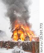 Купить «Дача горит», фото № 29591773, снято 19 декабря 2018 г. (c) Сайганов Александр / Фотобанк Лори