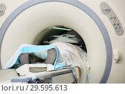 Купить «Пациент внутри МРТ (магнитно-резонансная томография) сканера», фото № 29595613, снято 15 июля 2010 г. (c) Александр Гаценко / Фотобанк Лори