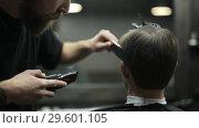 Купить «Haircut of dark haired bearded man in barbershop», видеоролик № 29601105, снято 19 декабря 2018 г. (c) Andriy Bezuglov / Фотобанк Лори