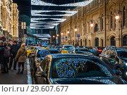 Купить «Улица Ильинка вечером во время новогодних праздников. Автомобили такси с отражением праздничной подсветки на лобовых стеклах», фото № 29607677, снято 9 января 2018 г. (c) Алёшина Оксана / Фотобанк Лори