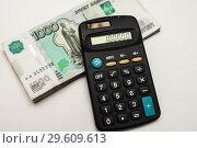 Купить «Калькулятор лежит на тысячных купюрах», эксклюзивное фото № 29609613, снято 19 декабря 2018 г. (c) Игорь Низов / Фотобанк Лори