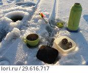 Чаепитие на зимней рыбалке возле лунки. Стоковое фото, фотограф Валерий Егоров / Фотобанк Лори