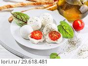 Моцарелла с помидорами черри и палочками гриссини. Стоковое фото, фотограф Марина Володько / Фотобанк Лори