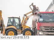 Купить «Санкт-Петербург. Уборка снега с улицы. Специальная техника грузит снег в кузов грузового автомобиля», фото № 29618573, снято 23 февраля 2018 г. (c) Дудакова Мария / Фотобанк Лори