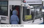 Купить «Пассажиры садятся в городской автобус во время снегопада», видеоролик № 29618585, снято 26 декабря 2018 г. (c) А. А. Пирагис / Фотобанк Лори