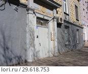 Купить «Подъезд восьмиэтажного кирпичного жилого дома сталинской архитектуры (1951 года постройки). Улица Алабяна, 10, корпус 2. Город Москва», эксклюзивное фото № 29618753, снято 27 марта 2015 г. (c) lana1501 / Фотобанк Лори