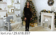 A young woman model in the photo studio. Christmas theme. Стоковое видео, видеограф Константин Шишкин / Фотобанк Лори