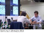 Купить «Чемпион мира Magnus Carlsen, Норвегия (справа) в матче против россиянина Григория Опарина на чемпионате мира по быстрым шахматам в Санкт-Петербурге», фото № 29623353, снято 28 декабря 2018 г. (c) Stockphoto / Фотобанк Лори