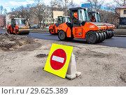 Купить «Road sign Stop against the background of laying the asphalt on a city street», фото № 29625389, снято 29 апреля 2018 г. (c) FotograFF / Фотобанк Лори